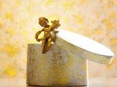 Weihnachts-geschenk-box mit dekorativen engel — Stockfoto
