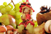 Elf con uvas otoñales y setas — Foto de Stock