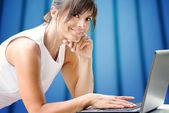 Usmívající se dívka na laptop — Stock fotografie