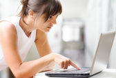 Concentrated woman working at laptop — Stockfoto