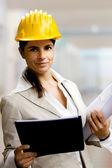 Mujer arquitecto trasfondo interiores — Foto de Stock