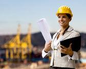 Vrouwelijke marine-ingenieur tegen scheepswerf — Stockfoto