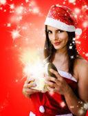 Noel kızı köpüklü hediye kutusu açma — Stok fotoğraf