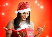 Abrindo o presente de natal — Fotografia Stock