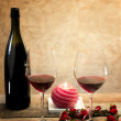 Red wine glasses in romantic atmosphere — Stockfoto