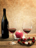 Red wine glasses in romantic atmosphere — Stock Photo