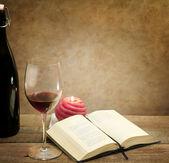 Momento de relax con libro de vidrio y la poesía del vino — Foto de Stock