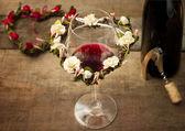 Rött vin glas med korkskruv och blomsteruppsättningar — Stockfoto