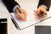 Empresário escrevendo o engajamento empresarial — Foto Stock