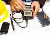 Inspector técnico con dispositivo electrónico microtest — Foto de Stock