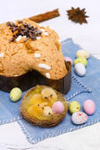 Dove with easter chocolates-colomba pasquale — Stock fotografie