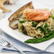 Light risotto with asparagus, razor shell and prawn — Stockfoto