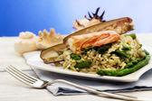Lehké rizoto s chřestem, břitva shell a krevety — Stock fotografie