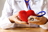 DOCTOR AUSCULTATE HEART — Stockfoto