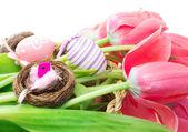 Wielkanoc skład tulipany i dekoracyjne jajka — Zdjęcie stockowe