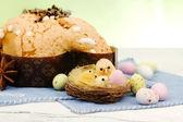 Composição de páscoa com frango e bolo de pomba — Foto Stock