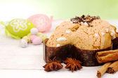 Velikonoční holubice s dekorativní vejci — Stock fotografie