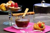 Czekolada filiżanka z fantazyjnych ciast — Zdjęcie stockowe