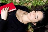 Joven muchacha dormida después de una buena lectura — Foto de Stock