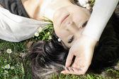 Portrait of a beautiful yung girl relaxing herself in a sunny da — 图库照片