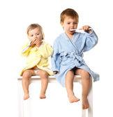 Güzel çocuk portre izole, beyaz bornoz - giyen dişlerini fırçalamak hazırlanıyor — Stok fotoğraf