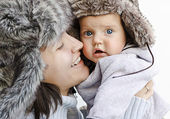 мама и сын в меховых шапках — Стоковое фото