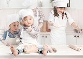 快乐小厨师准备在厨房里的面团 — 图库照片