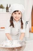 Malá dívka šéfkuchař připravuje těsto — Stock fotografie