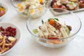 Salat mit sellerie und apfel weißer teller hautnah — Stockfoto