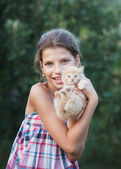 Lovely girl with cute kitten — Stockfoto