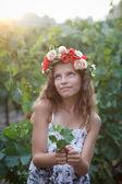 Hermosa chica en otoño Viña — Foto de Stock
