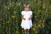 Litle Dziewczyna siedząca na łące — Zdjęcie stockowe