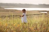 池の横にある白いドレスでかわいい女の子 — ストック写真