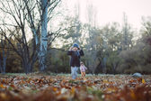 Brother and sister in the autumn park — Stockfoto