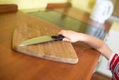 Malý chlapeček je dosažení ostrý kuchyňský nůž — Stock fotografie
