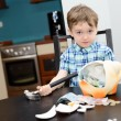 4 year old boy and smashed his piggybank — Stock Photo