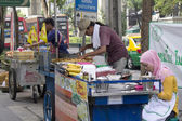BANGKOK, THAILAND OCT 19TH: Street vendors preparing food on Suk — Stock Photo
