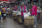 BANGKOK, THAILAND SEP 27TH: Porters waiting for business in Khlo — Stock Photo