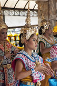 BANGKOK, THAILAND APR 25TH: Dancers perform at the Erawan Shrine — Stockfoto