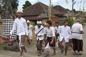 BALI, INDONESIA - JUL 7TH: Boys on their way to the temple on Ju — Stock Photo
