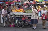 BANGKOK, THAILAND-Nov 10TH: A typical street scene in Bangkok's — Photo