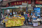 BANGKOK, THAILAND-OCTOBER 26TH 2013: Vendors crowd the pavement — Stock Photo