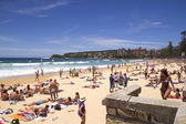 MANLY, AUSTALIA-DECEMBER 08 2013: Manly beach on busy, sunny day — Stock Photo