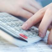 Dedo está presionando el botón calculadora — Foto de Stock