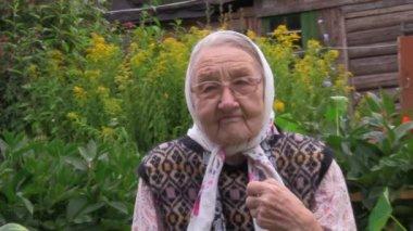 очень пожилая женщина — Стоковое видео