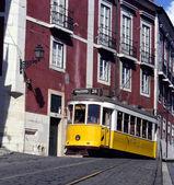 Gul spårvagn, lissabon, portugal — Stockfoto