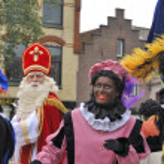 Sinterklaas arriving on his Steamboat with his black helpers (Zw — Stock Photo