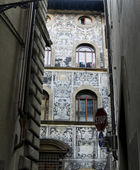 Typical ornate facade of a Florentine palazzo. Florence, Italy — Stock Photo