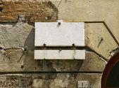 Bir tuğla duvar yüzeyinde boş plaket. — Stok fotoğraf