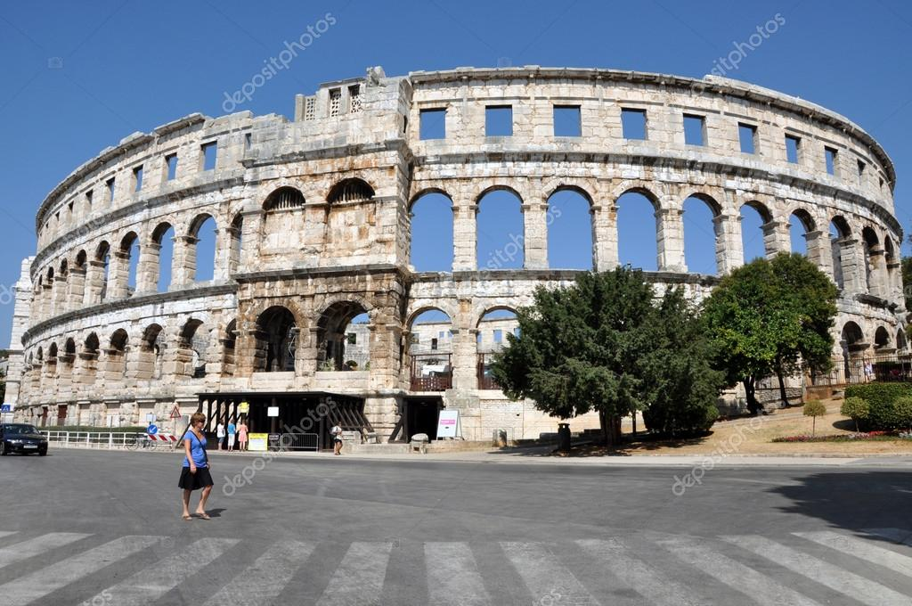 PULA, CROATIA – 15 JULY: Tourists visits the Amphitheater, during the Pula International Theater Festival, on 15 July, 2012 in Pula, Croatia — Stock Photo #12360530